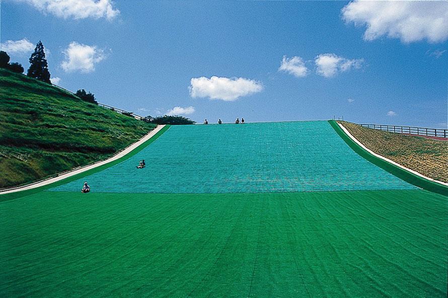 広~い丘をそりで滑り降りる爽快感!キッズに人気の芝そりゲレンデ。