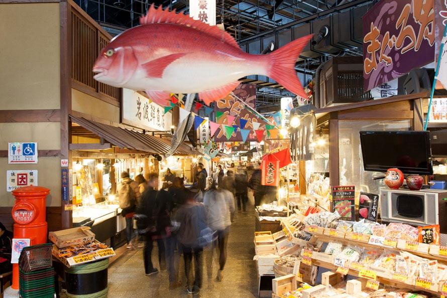 ポルトヨーロッパに隣接する「黒潮市場」は、マグロを味わい、堪能し、持ち帰ることもできるマグロのテーマパーク。昭和30年代の商店街をイメージした店内はレトロな雰囲気で、見ているだけでも楽しめる。
