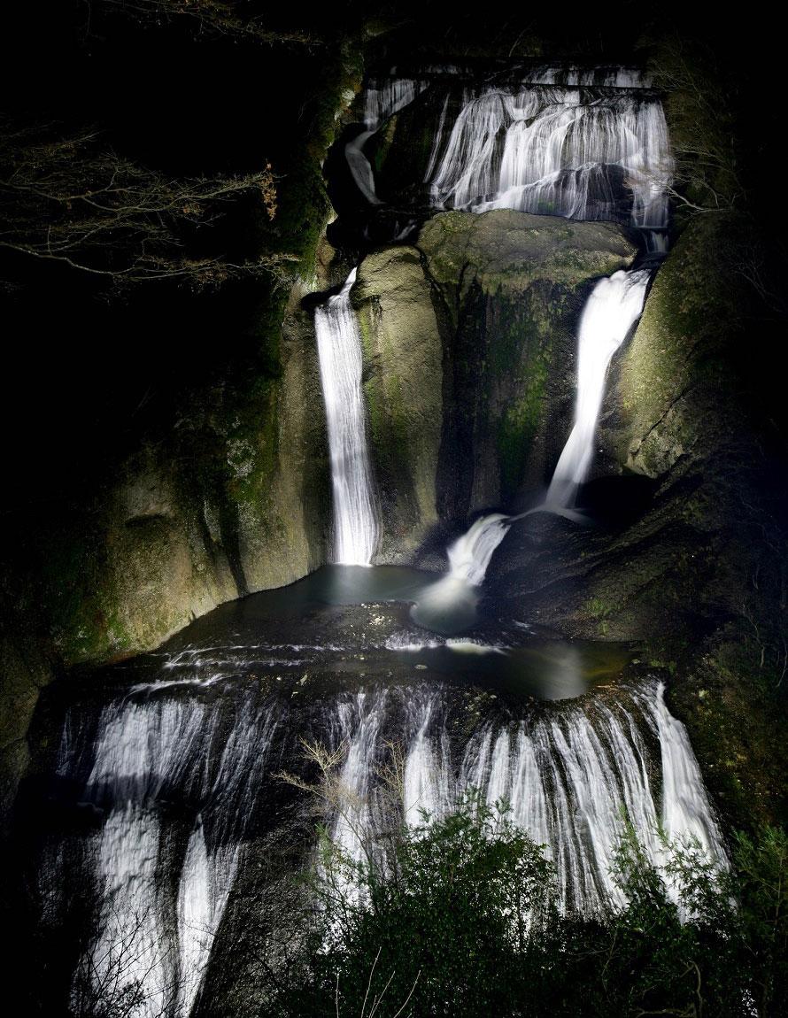 ライトアップされた袋田の滝。雄大に流れ落ちる姿が、まるで荘厳な墨絵のように浮かび上がる。