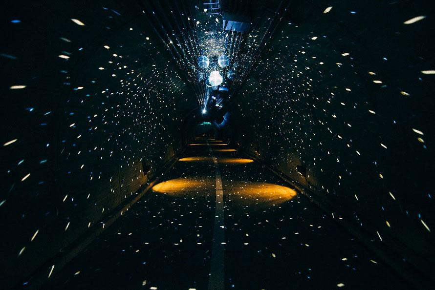 券売所から滝へと向かう際に通る袋田の滝トンネルは長さ276m。イルミネーションで装飾された「光のトンネル」。