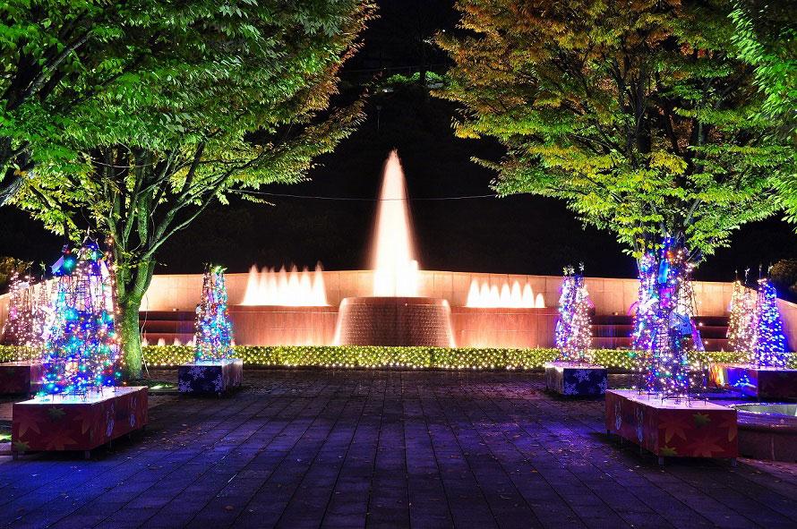 ライトアップされたエントランス広場の大噴水。冬のイルミネーション期間中は、噴水前にツリーが展示され、例年約1万個の明かりに包まれる。
