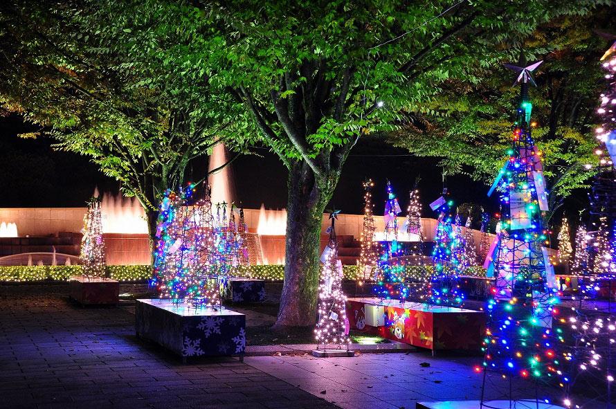 輝くツリーは、鯖江市に住むそれぞれの家族が協力して装飾した手作り感あふれるもの。家族の願いが書かれたカードも装飾の一部となっている。