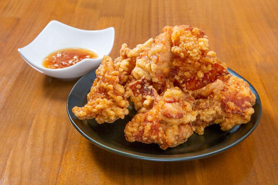 北海道のグルメといえばザンギ(鶏のから揚げ)。「Go coo」では、札幌の行列店である中国料理布袋のザンギが食べられる。「布袋のザンギ」は5個700円、3個450円、定食980円(税込)。