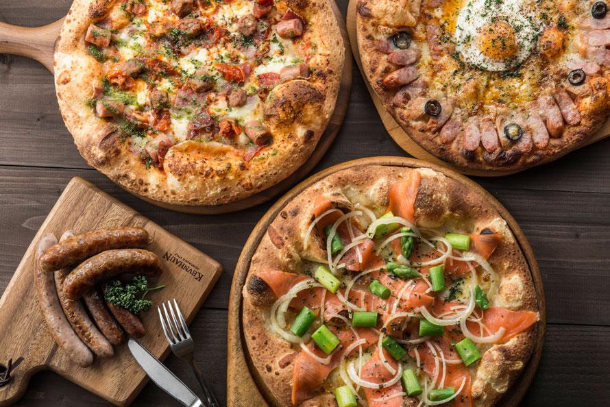 「ピザドゥ」の多彩なピザは、Sサイズ780円(税込)~(メニューにより異なる)。「グリルした手作りブルスト(ソーセージ)」4本580円、8本980円(税込)などのサイドメニューもあり。