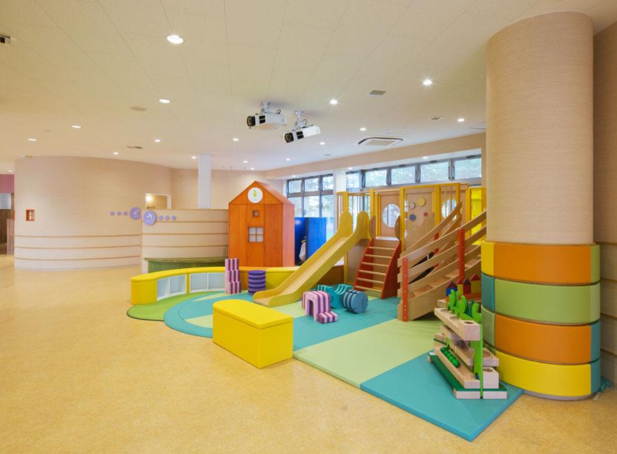 室内あそび場や公園など約3万カ所以上のあそび環境を提案している「ボーネルンド」がプロデュースするキッズスペース。木製の遊具や、柔らかなマットが用意されているので、親子で安心して遊ぶことができる。