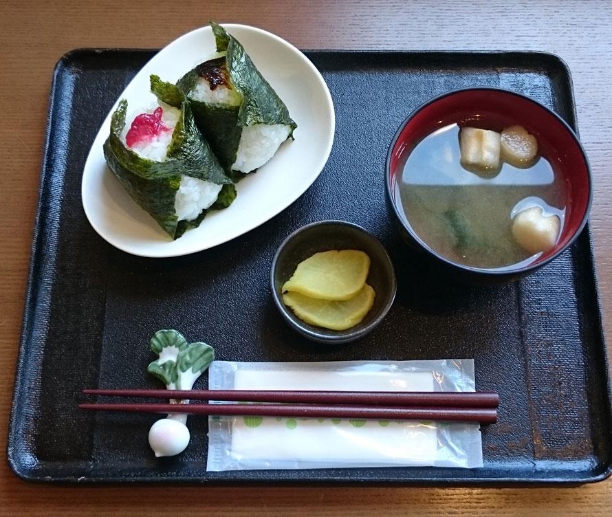 道の駅おすすめのグルメといえば、白米千枚田のお米を使った「おにぎりセット」500円(税込)。5種類あるおにぎりから好きなものを2つ選べる。
