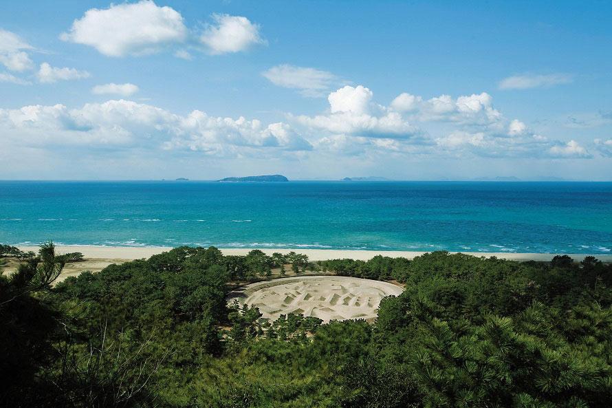 展望台から眺める砂絵。海の向こうには遠く伊吹島も見える。