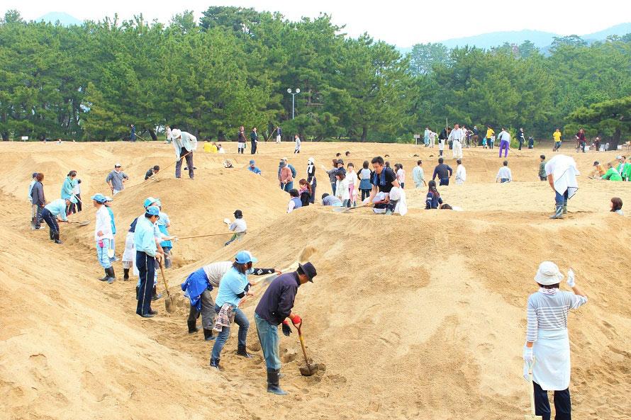 毎年、春と秋には「砂ざらえ」(砂絵を整える作業)が行われる。観音寺市民を中心に一般参加も可能。開催日時は観音寺市のホームページをチェック。