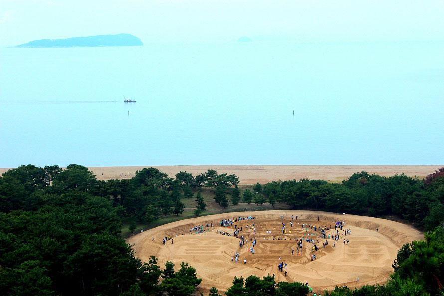 砂絵の中に入ることができるのは、砂ざらえが行われる日に限る。砂ざらえに参加することで、ますます金運アップできるともいわれる。