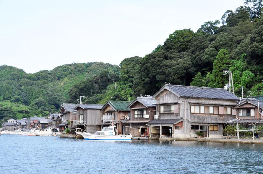 伊根町の高台にある道の駅からは、入江と対岸の舟屋群を一望。ここならではの絶景を写真に収めておきたい。