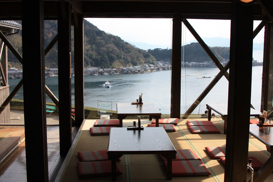 「レストラン舟屋」は窓際が特等席。伊根湾を挟み、舟屋が立ち並ぶ景色をパノラマで楽しむことができる。