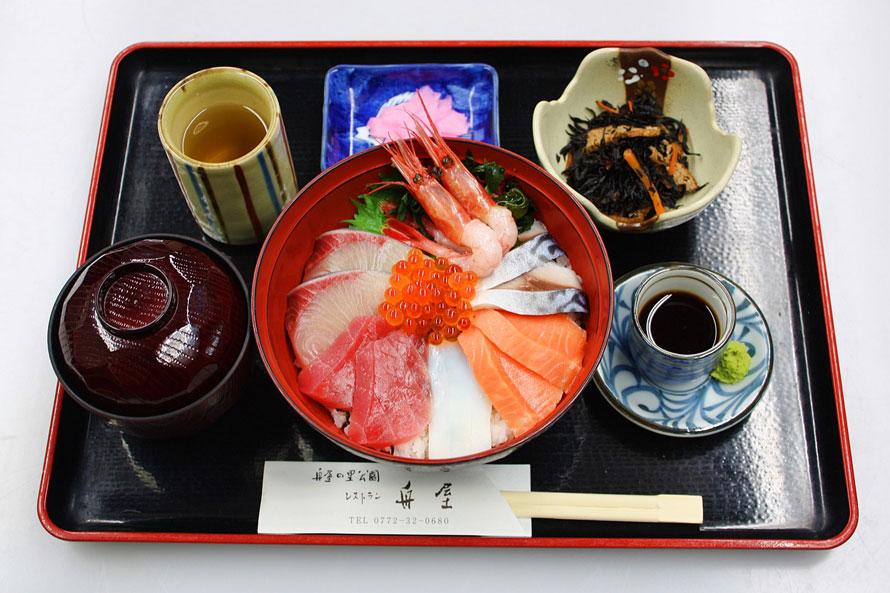 「レストラン舟屋」の一番人気は、伊根の新鮮な魚を日替わりで味わえる「海鮮丼」1600円(税込)。初夏の岩ガキ、冬期のブリしゃぶなど、伊根の旬の味もおすすめだ。