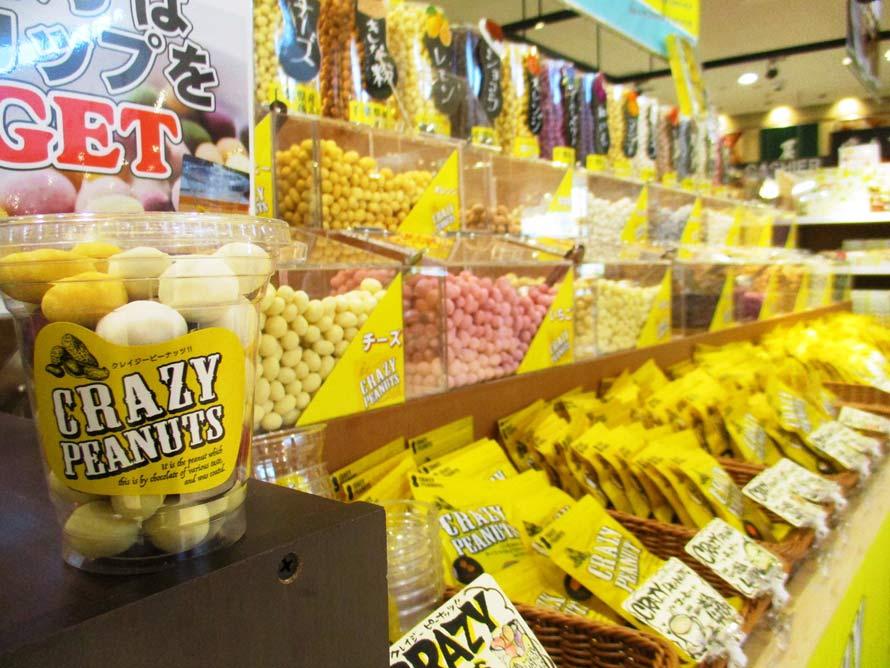 「旬撰倶楽部」では、千葉県産ピーナッツをフレーバーチョコレートで包んだ「クレイジーピーナッツ」を販売している。味は全部で16種類。好みのものを、透明カップの蓋が閉まるまで詰め合わせできる。価格は540円(税込)。