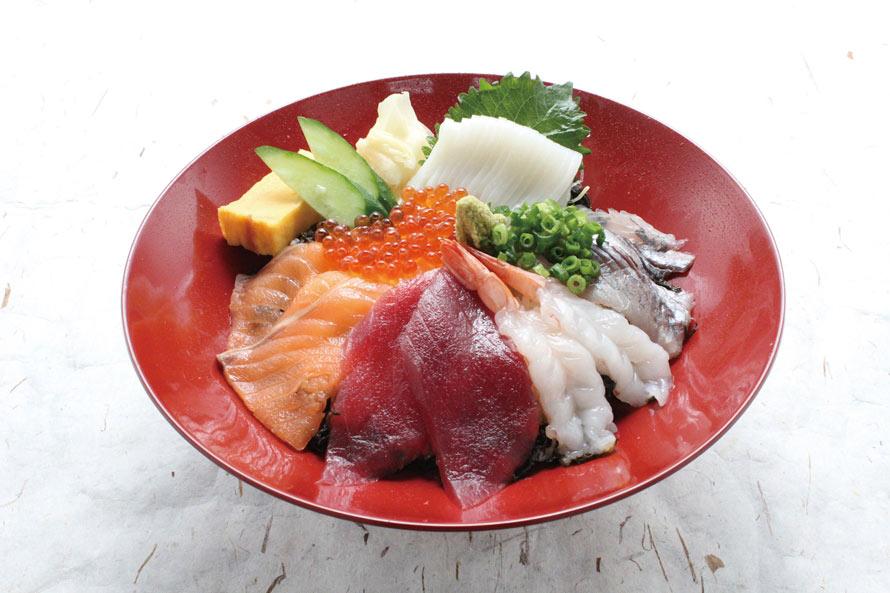 新鮮な旬の魚介が食べられる「九十九里片貝波乗り食堂」(6~22時、ラストオーダー21時30分)。「名物大漁丼」1190円(税込)がおすすめ。
