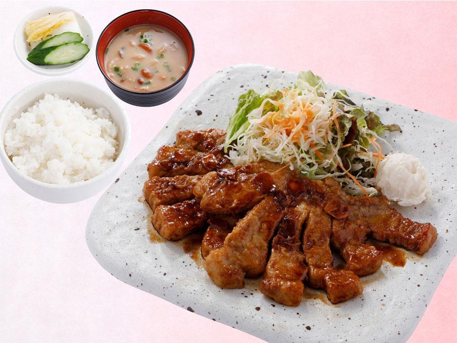 肉厚な上州麦豚ロース肉を鉄板で焼いた「上州麦豚トンテキセット」1680円(税込)。肉を焼く様子がライブキッチンで見られるので、さらに空腹が刺激される。