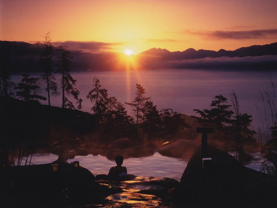 「あっちの湯」から見る日の出や雲海は、絶景の一言。ぜひ日の出前からスタンバイしたい。