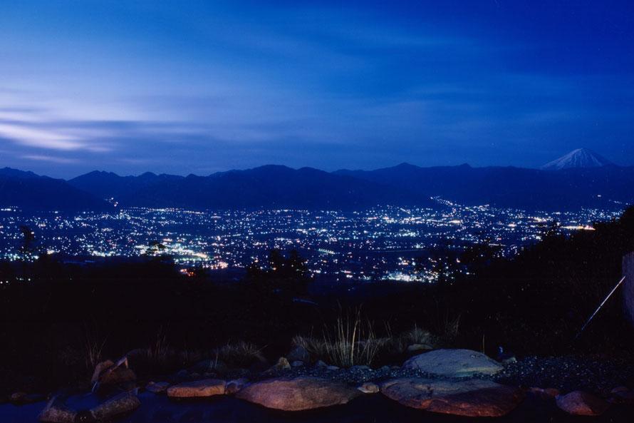 キラキラ輝く街の明かりに、日頃の疲れも吹き飛ぶ「あっちの湯」。