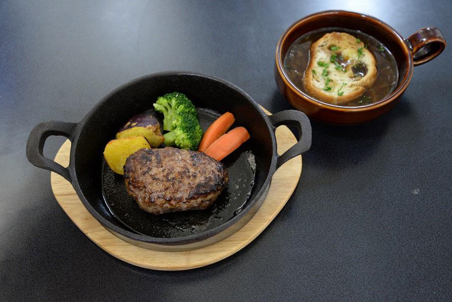 サン=テグジュペリゆかりの地、 南フランス・プロヴァンス地方の家庭料理や、カジュアルな料理が楽しめるレストラン「ル・プチ・プランス」。「ハンバーグステーキとオニオングラタンスープセット」が大人気で、自家製パンまたはライスとドリンクをセットして1380円(税込)。スープを牛100%ハンバーグにかけて食べるのもおいしい。また、12月23~25日は3日間限定で、「クリスマス特別メニュー(セットメニュー)」2800円(税込)が用意される。