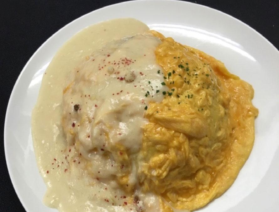 鶏と卵のお店「鶏を捕まえて!」の冬メニュー「オムライスフロマージュ」900円(税込)。濃厚なチーズのクリームソースを召し上がれ!