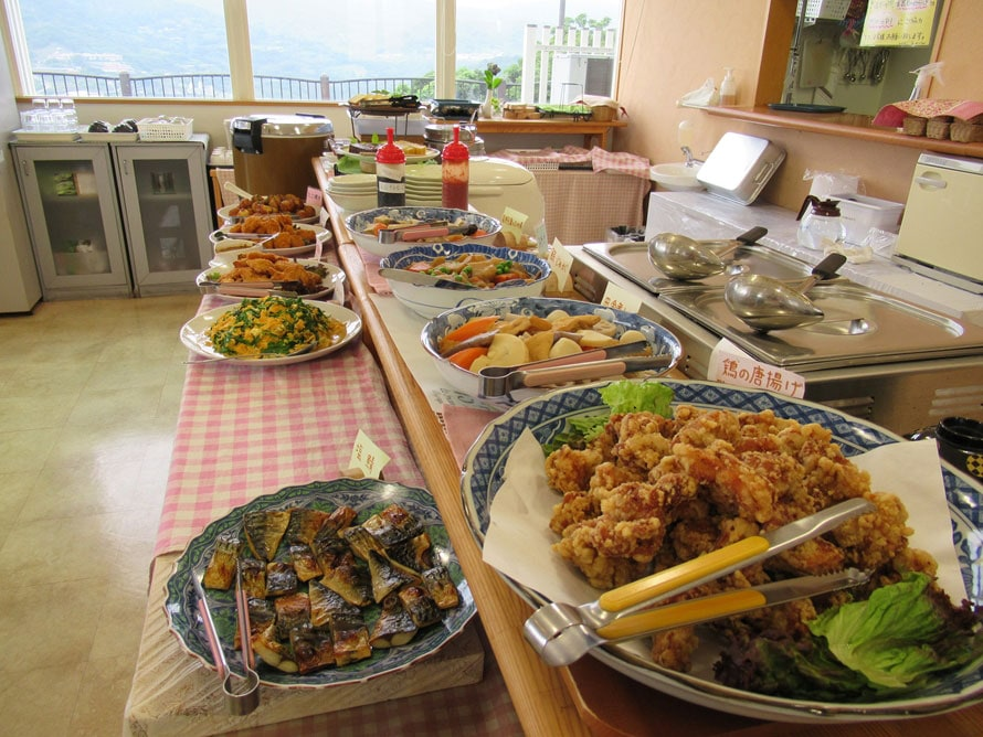 角力灘を望むレストランでは、地元の食材をふんだんに使ったランチバイキング(11~15時、ラストオーダー14時)を実施。中学生以上1200円、シニア・小学4~6年1000円、子ども(4歳~小学3年)800円、ドリンクバー100円。