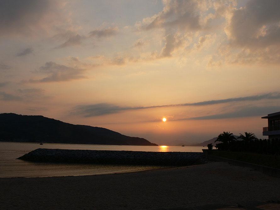 整備された人工ビーチは、夏には海水浴客で賑わう。夕日スポットとしても知られているので、オフシーズンでも足を運んでみて。