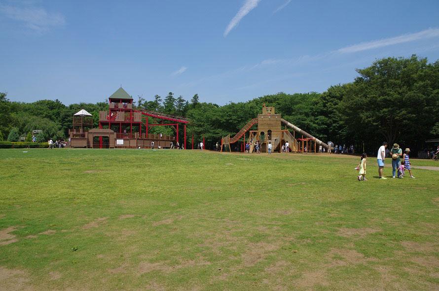 ワンパク城の大すべり台や、大型ボールネット遊具「ワンパクボール島」などがある広々とした芝生広場で、思いっきり遊べる。