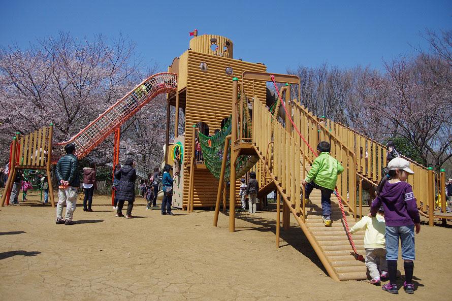 ワンパク王国内の人気遊具「じゅえむタワー」は、船橋の古い民話の主人公「じゅうえもん」を題材とした施設。森のアスレチック「じゅえむの冒険コース」はここからスタート。