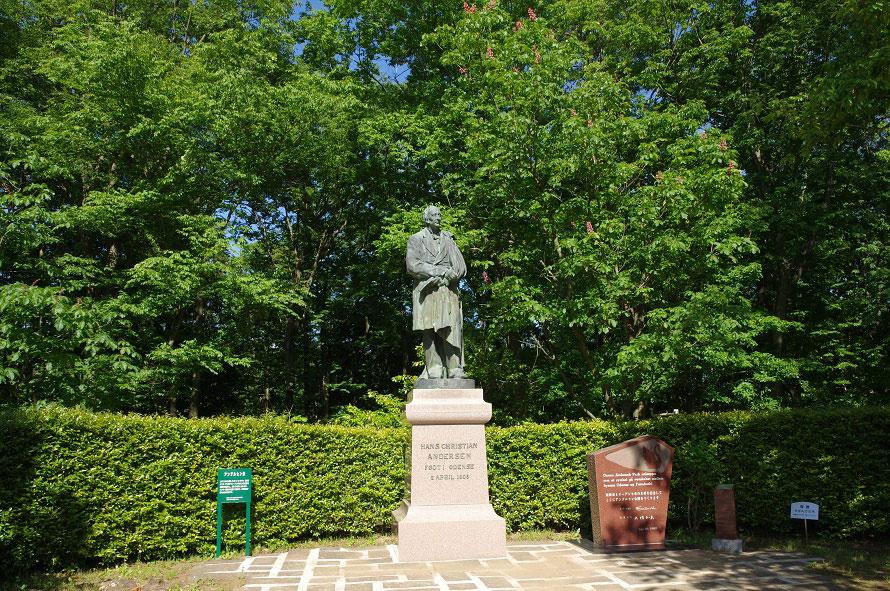 園内に立つH.C.アンデルセンの像。オ―デンセ市のアンデルセン公園内にあるアンデルセンの立像を複製したもので、デンマーク国内外で初めて複製が許可された。