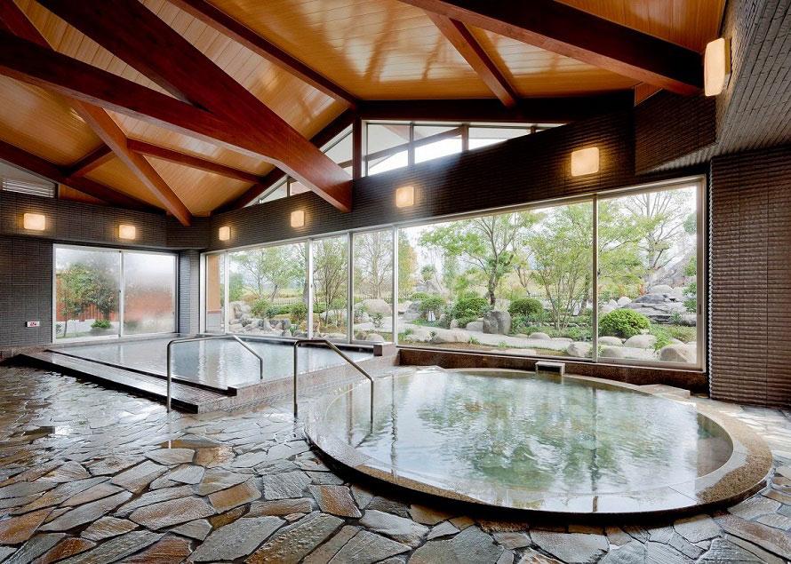 「天然温泉 さくら館」は、大浴場、露天風呂、サウナのほか、医療機関でも使われる薬石浴(嵐の湯)がありおすすめ。広々とした大浴場と四季を感じられる露天風呂は、男女の浴場が日替わりで楽しめる。