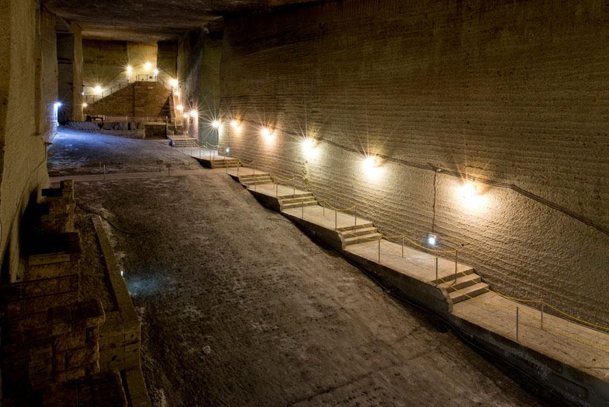 大谷石を切り出した跡の巨大な地下空間は、神殿のようにも見える。