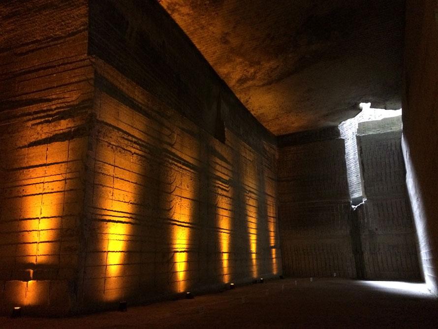 間接照明や、わずかに開いた窓から差し込む光によって、凹凸のある岩肌や掘り跡が、さまざまな表情を見せる。