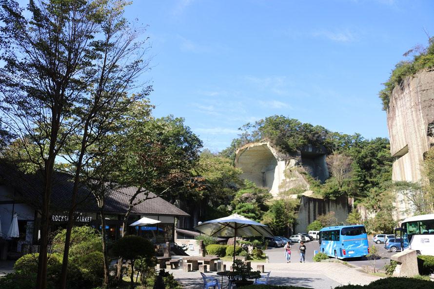 入り口周辺の見上げるような巨大な岩壁にも圧倒される。