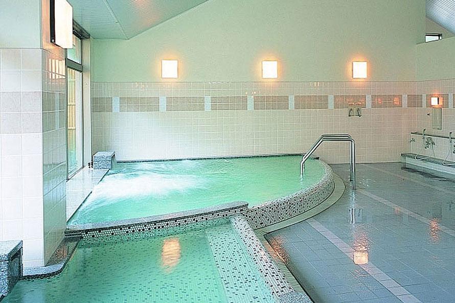 ゆっくり長湯が楽しめる源泉低温浴槽(35~36℃)の内風呂は湯冷めしにくく、遠方から訪れる観光客からも好評。