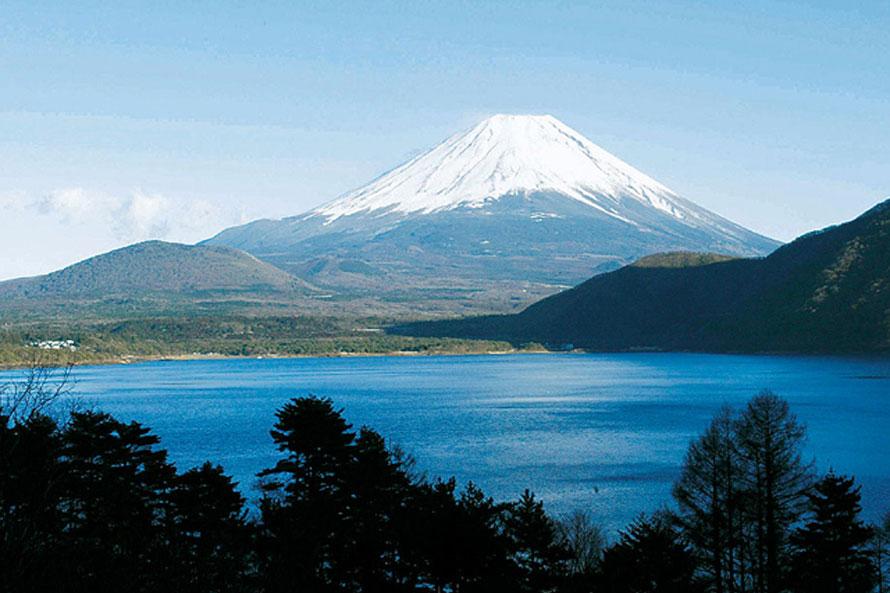 富士山世界遺産構成資産のひとつ。富士五湖の西のはずれにあり、北岸からの景色が千円札のデザインに採用された湖。北西岸ではウインドサーフィンやカヌーなどのアクティビティを楽しむ人も多い。