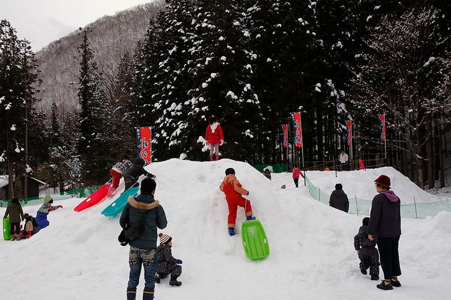 「湯西川水の郷スノーパーク」では、大きなかまくらで遊んだり、長い雪のすべり台でそり滑りをしたり、いろいろな雪遊びが楽しめる。遊んだあとは、施設内にある温泉浴場で体を温めるのがおすすめ。