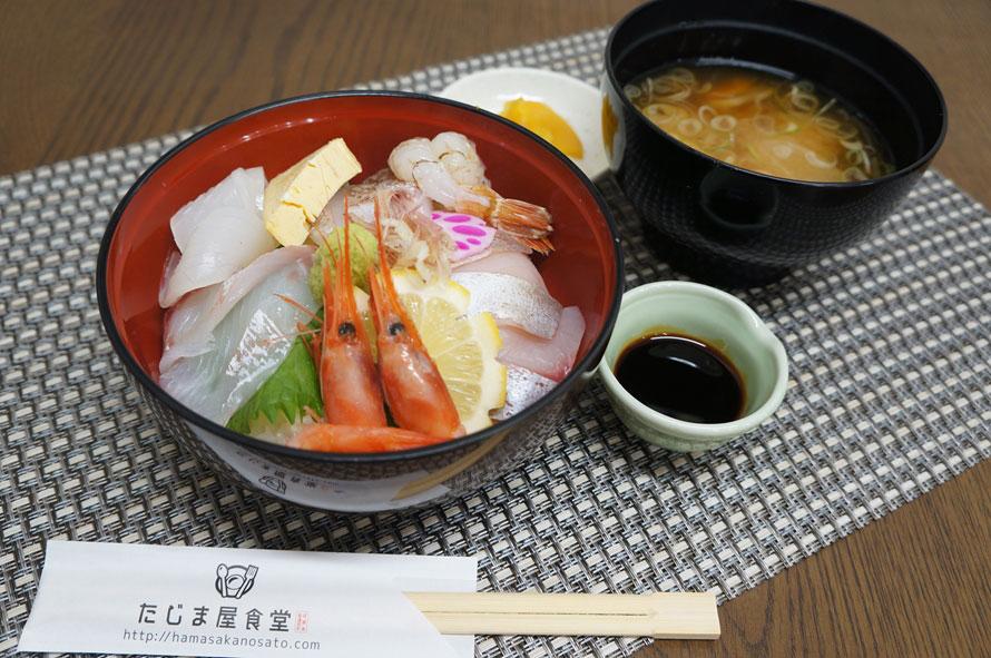ランチは「たじま屋食堂」へ!「浜坂地えびと海鮮5種盛丼」1600円(税込)は、浜坂で水揚げされた地エビの「甘えび」「もさえび」や、旬の魚介類を味わえる。
