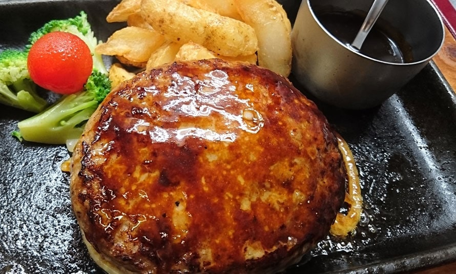 「和食・御肉処『かごの屋』」は、肉系の和食が充実したレストラン。飛騨牛のミンチが入った「飛騨牛入りハンバーグ定食」1382円(税込)は、箸で切れるほど柔らかい肉とオリジナル味噌デミソースが自慢。