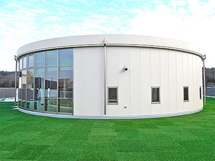 人工芝を敷き詰めた屋上の野外ゾーン「NEOPASA岡崎ルーフガーデン」。星空観察会などのイベントも行われる憩いのスペースになっている。
