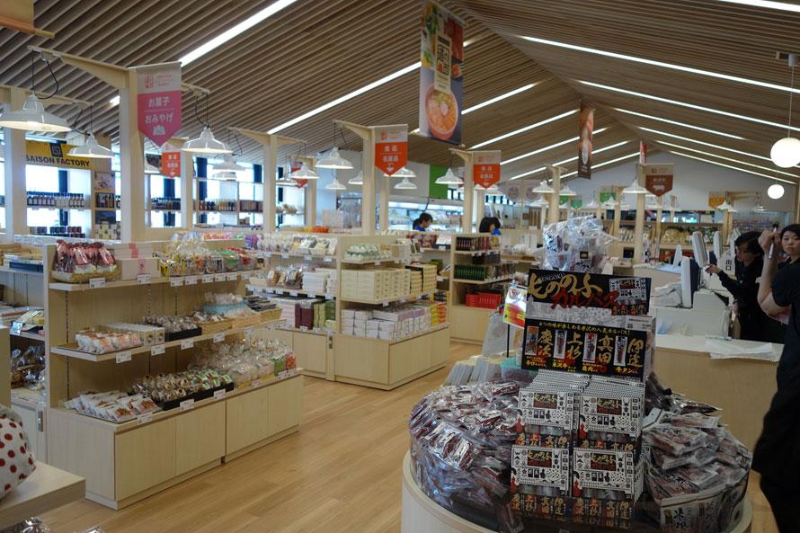 米沢市や周辺の市町村の特産品や名産品がずらりと並ぶ店内。