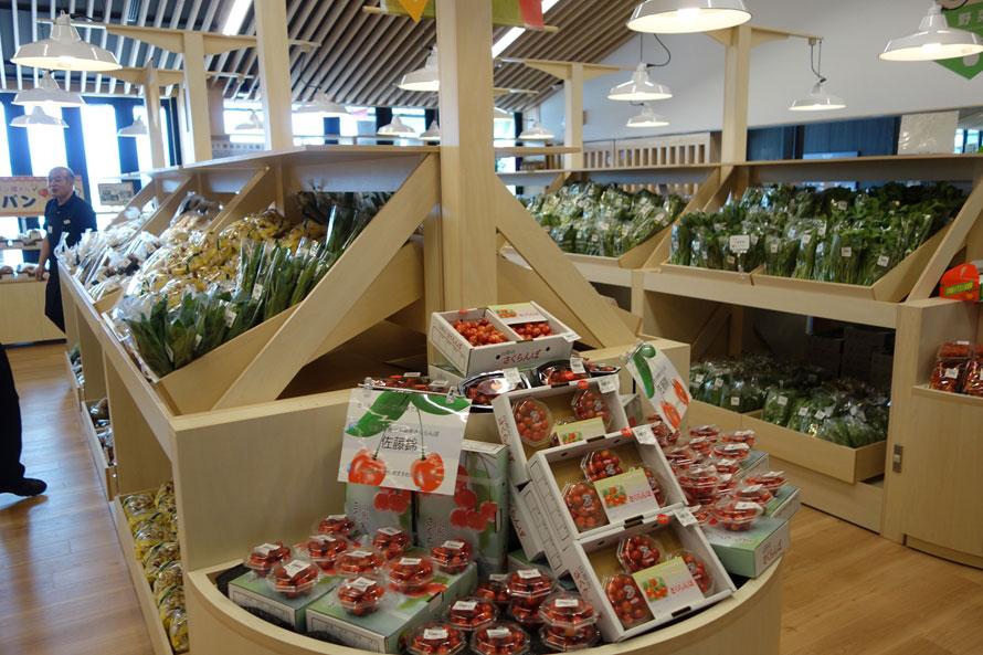 米沢市周辺の新鮮な農畜産物が集まる「農産物直売所」。旬の果物などもお土産にぴったり。