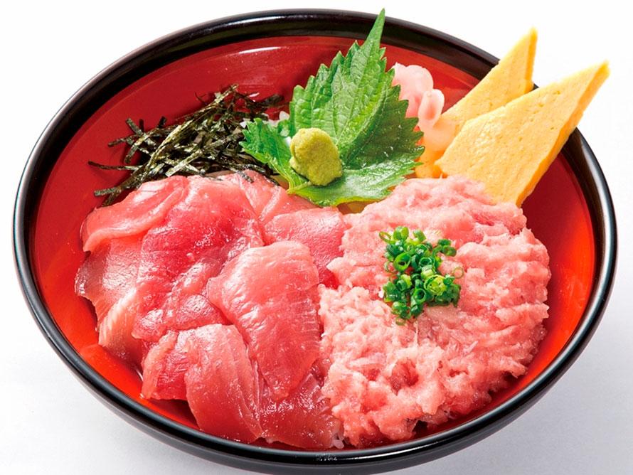 駿河湾産の新鮮な海鮮丼を提供する「駿河丸」。人気NO.1は、マグロの切り落としやネギトロがたっぷりのった「焼津丼」980円(税込)。営業時間は9~21時。