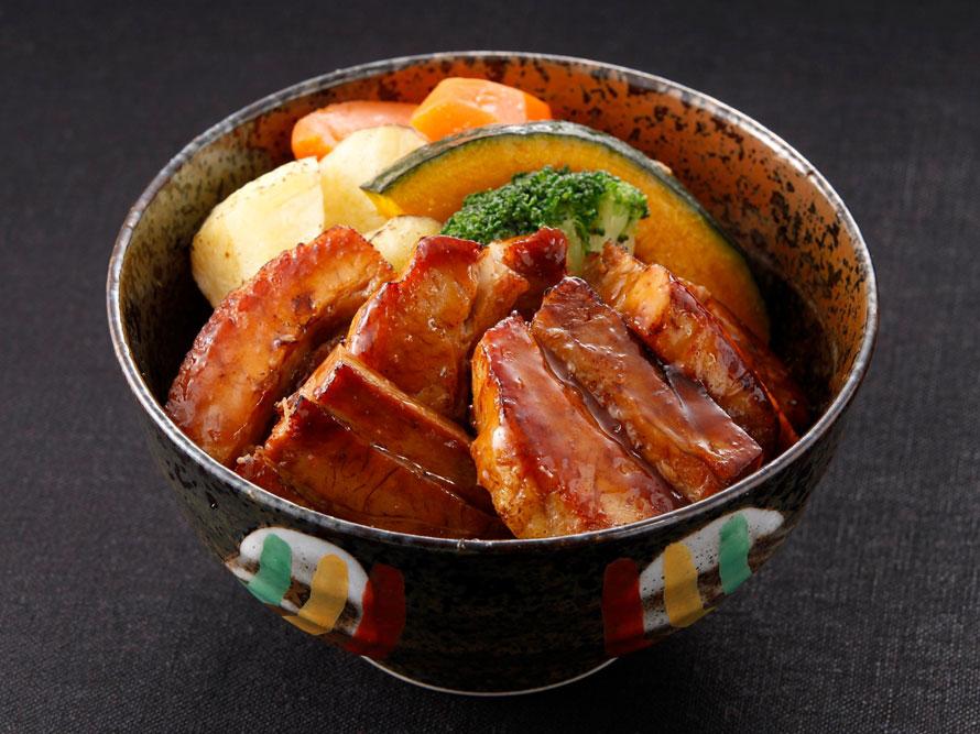 「めし処 壱丁田」は、お肉を中心とした丼店でボリュームたっぷり。「壱丁田 ぶた丼」800円(税込)は、秘伝のしょう油ダレで仕上げた豚バラ肉が食欲をそそる。営業時間9~21時。