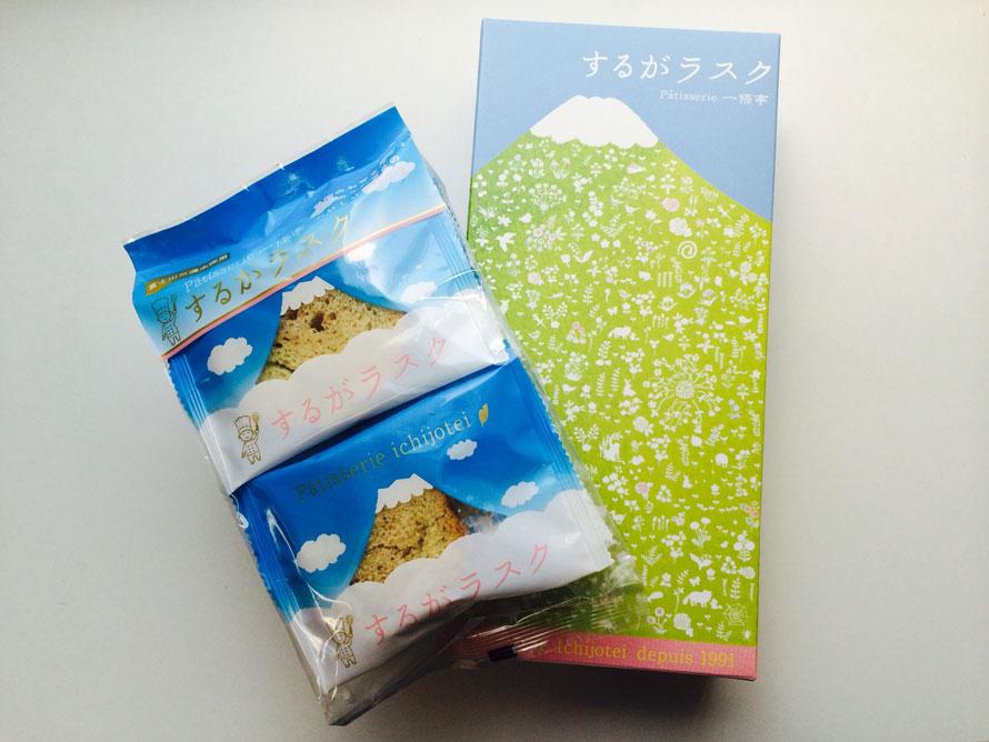 「しずおかマルシェ」では、静岡の海・山の恵みや静岡茶、MADE IN JAPANにこだわった雑貨がずらり。静岡の菓子店オリジナル「するがラスク」10枚入648円、18枚入1224円(税込)をはじめ、富士山モチーフのお土産も人気だ。
