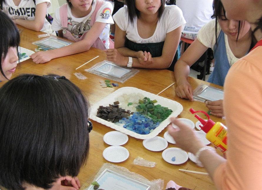 シーグラスや貝殻を使って、フォトフレームやグラスをデコレーションする「シークラフト体験」(20分~、1100円~)おみやげにもぴったり。
