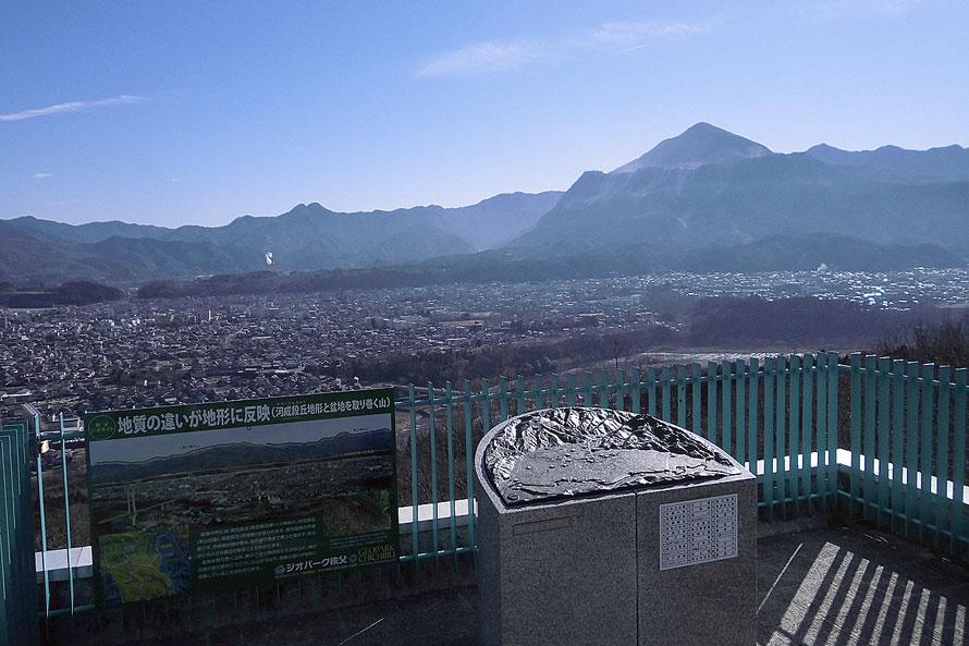 秩父市街や武甲山、浦山ダムまで一望できる展望台。11月および4月は気象条件によって日の出から朝7時頃まで雲海が観測できることも。