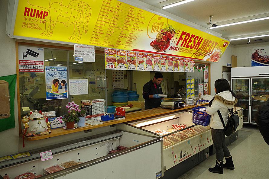 店内の一角に精肉売り場がある。レバーやハチノス、赤身もあり、バラや肩はさらに細かい部位に分けられミンチからダイス・ブロック、塊肉など、驚くほど肉の種類が多い。また、店舗の入口にはブラジルの家庭料理を楽しめる軽食スペースが用意されている。