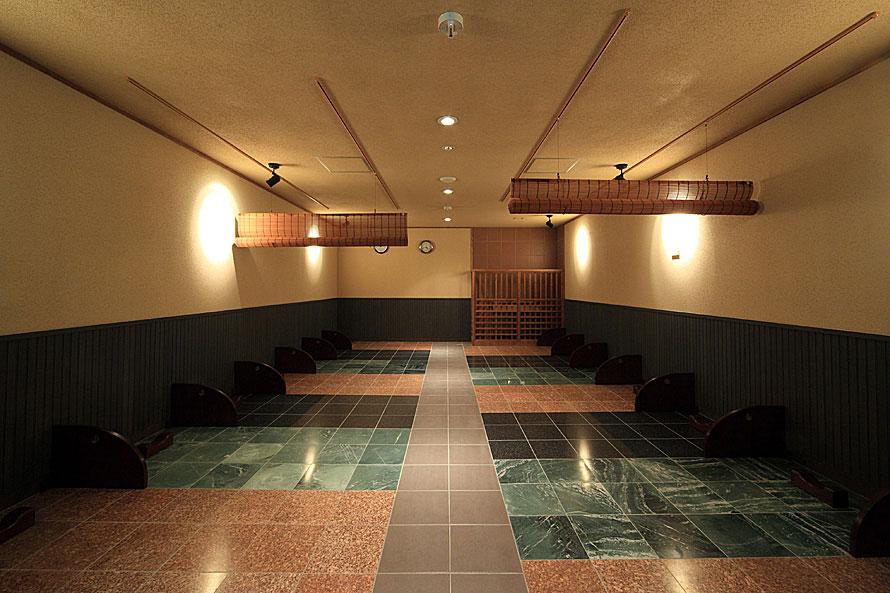 岩盤浴施設「岩乃洞」を備え、ホットヨガのレッスンも人気。