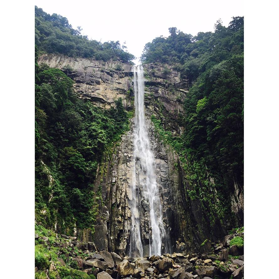 写真はお滝拝所舞台からの眺め。落差133mの迫力と荘厳な雰囲気に、思わず見入ってしまう。