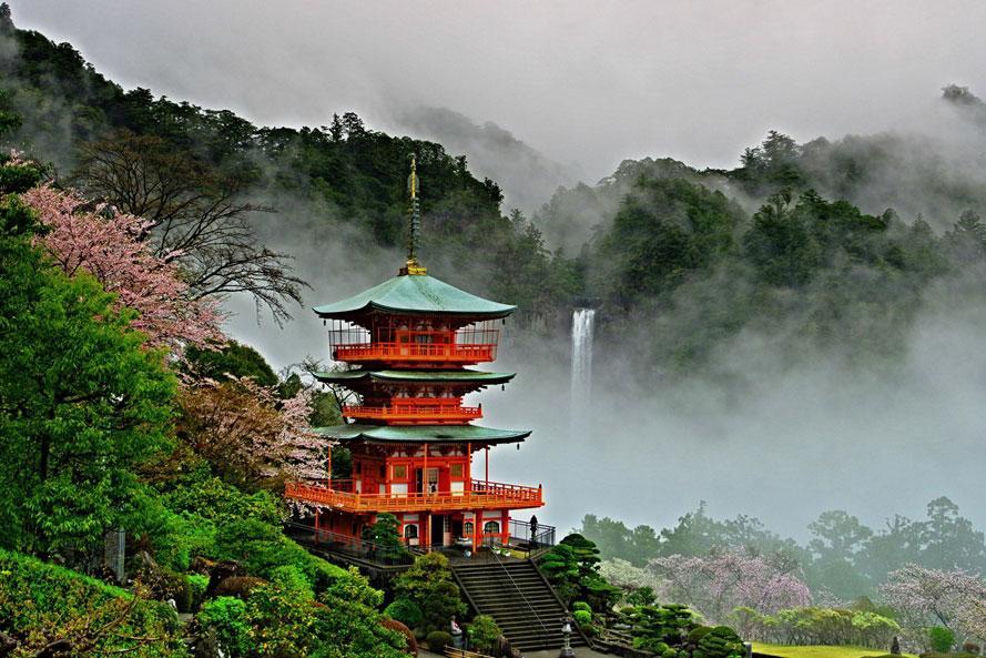 落差133mの大迫力!三重塔との対比も美しい日本三名瀑のひとつ 和歌山県那智勝浦町