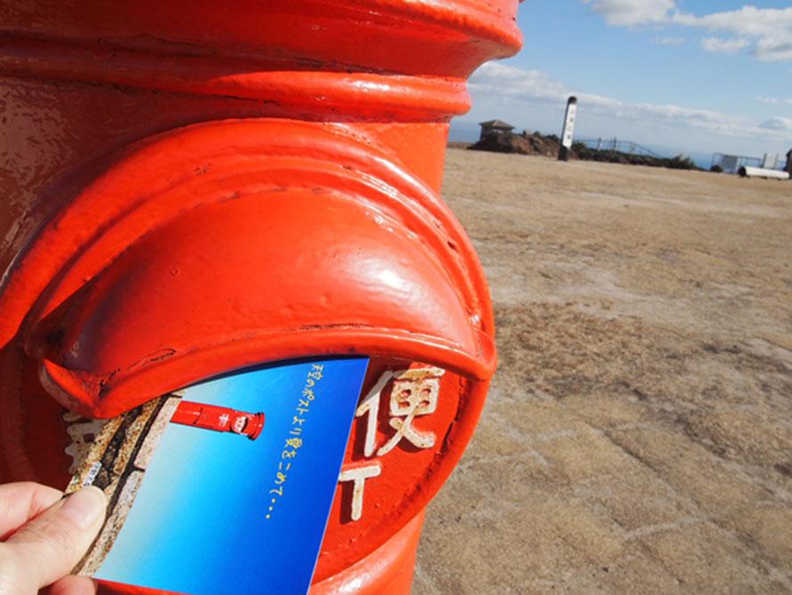 「天空のポスト」は現役バリバリ!山頂売店でオリジナルの絵ハガキと切手を販売しているので、記念にハガキを出してみよう。